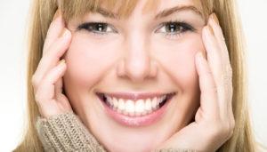 Blonde Frau mit weissen Zähnen - Bild für Emmi Dent